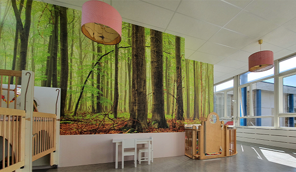 Een foto van een kamer in het gebouw van kleine maatjes met wanddecoratie